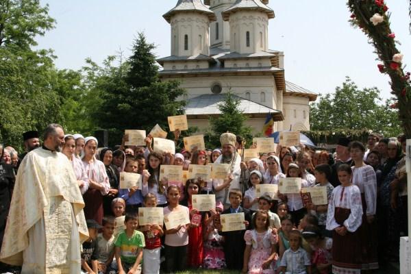"""În mijlocul copiilor participanţi la proiectul catehetic ,,Hristos împărtăşit copiilor"""""""