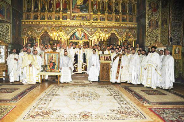 Înaltpreasfinţitul Arhiepiscop Casian, în mijlocul preoţilor din protoieriile Tecuci şi Nicoreşti