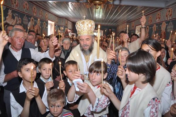 """Sfinţirea bisericii ,,Sf. Arhangheli"""" din Comăneşti"""