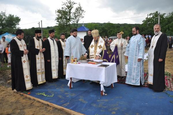 Punerea pietrei de temelie pentru noul lăcaş de rugăciune din parohia Rugineni