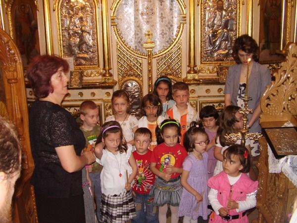"""Copiii de la Grădiniţa ,,Familia"""" din Brăila, la Sfânta Liturghie"""