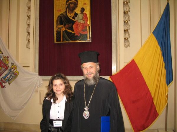 """Înaltpreasfinţitul Casian, alături de participanta eparhiei Sorina Maria Cocei la Concursul ,,Crezul meu"""", faza finală"""
