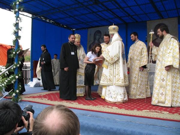 """Preafericitul Părinte Patriarh Daniel premiind-o pe participanta eparhiei noastre la Concursul de oratorie ,,Crezul meu"""""""
