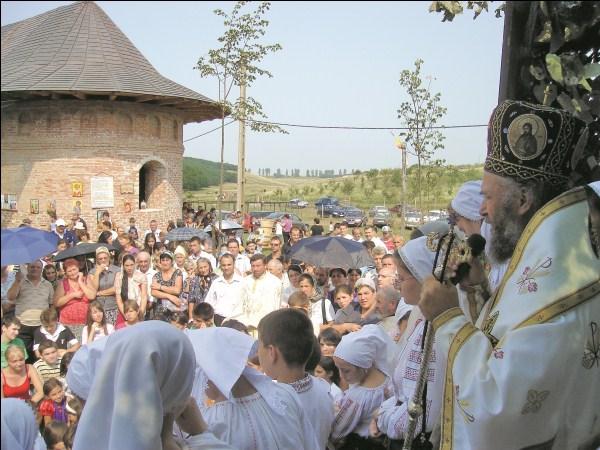Binecuvântare arhierească la hramul Mănăstirii Cârlomăneşti