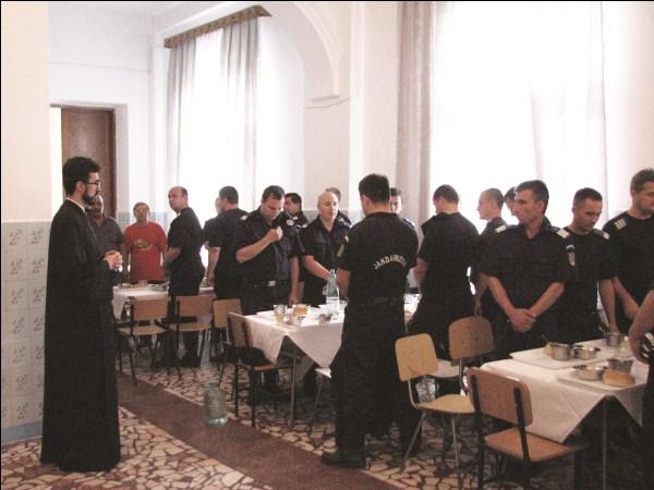 Masa de prânz oferită de cantina Centrului eparhial Galaţi jandarmilor care au participat la construirea digului