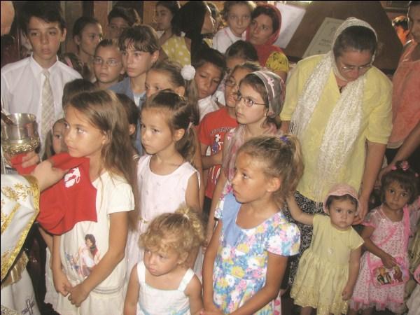 """Copii participanţi la proiectul ,,Hristos împărtăşit copiilor"""" la Parohia Viziru de Jos, judeţul Brăila"""