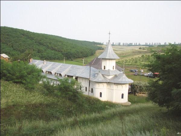 Mănăstirea Cârlomăneşti din nordul judeţului Galaţi