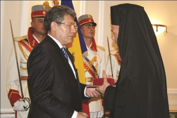 """Înaltpreasfinţitul Casian primind, în numele Preafericitului Părinte Daniel, ,,Ordinul Republicii Moldova"""""""