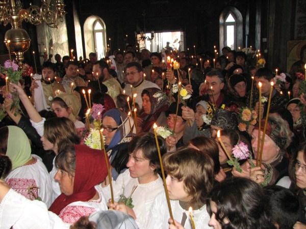 Aspect din timpul sfinţirii bisericii