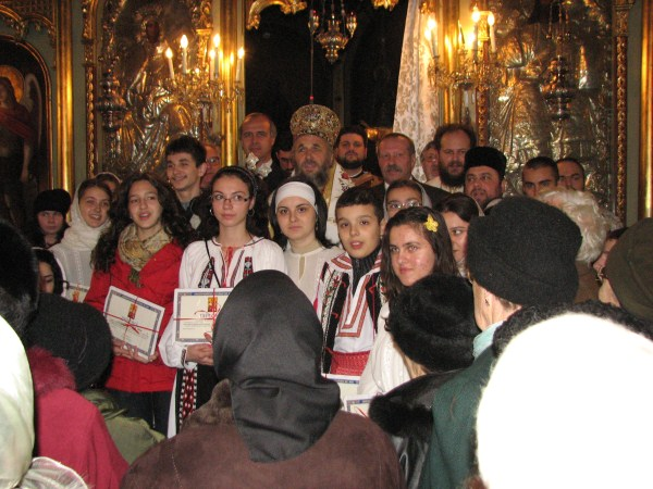 Înaltpreasfinţitul Părinte Casian, Arhiepiscopul Dunării de Jos în mijlocul premianţilor concursului de religie de la Brăila