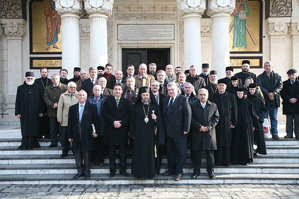 ÎPS Arhiepiscop Casian în mijlocul deputaţilor eparhiali