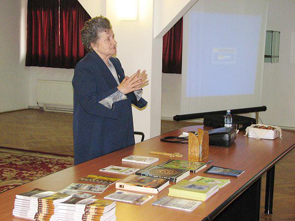 Dna prof. univ. dr. Angela Olaru conferenţiind despre tradiţiile pascale ale neamului nostru
