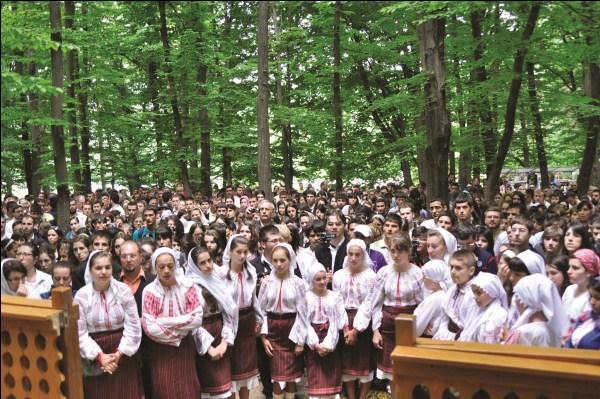 Tinereţe şi credinţă la hramul Mănăstirii Buciumeni