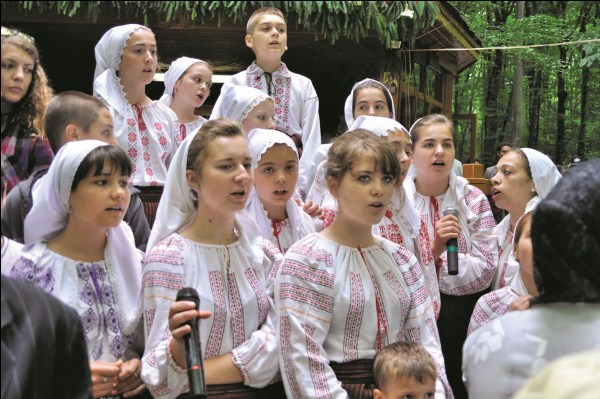 """Ansamblul de copii ,,Cununiţa satului"""" la Buciumeni"""