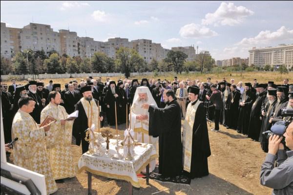 3 septembrie 2010 - Preafericitul Părinte Patriarh Daniel binecuvântând lucrările de construcţie a Catedralei Mântuirii Neamului