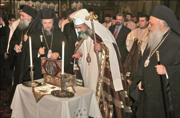 2 mai 2009 - Preafericitul Părinte Patriarh Daniel venerând moaştele Sf. Ierarh Atanasie Patelarie