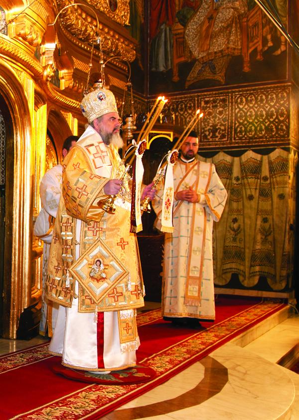 Preafericitul Părinte Patriarh Daniel binecuvântând poporul dreptcredincios din  Catedrala  Arhiepiscopală  din  Galaţi