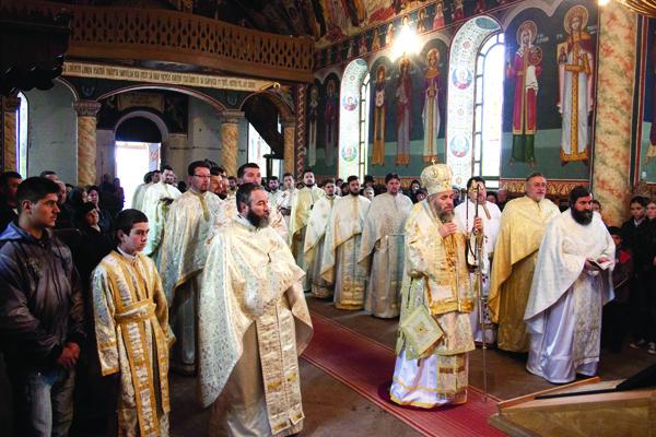 Înaltpreasfinţitul Părinte Arhiepiscop Casian în mijlocul preoţilor din Protoieria Însurăţei