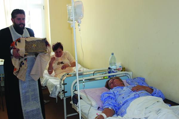 Moaştele Sfântului Andrei binecuvântând bolnavii din spitale