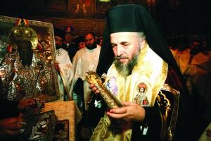 Înaltpreasfinţitul Arhiepiscop Casian purtând moaştele Sfântului Spiridon