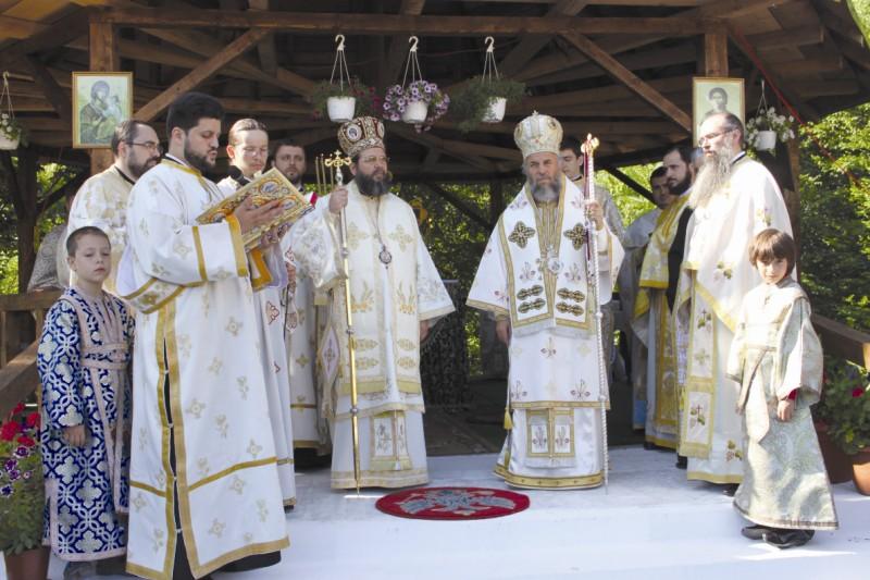 ÎPS Arhiepiscop Casian al Dunării de Jos şi PS Mihail al Australiei şi Noii Zeelande la Sfânta Liturghie, în ziua hramului