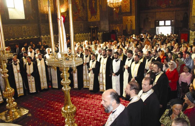 Slujitori şi credincioşi, în comuniune