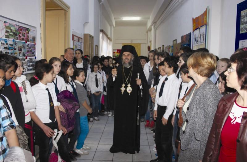 """Chiriarhul Dunării de Jos în mijlocul elevilor de la Şcoala nr. 24 ,,Sf. Arhangheli"""", din Galaţi"""