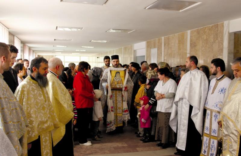 """Icoana cu moaştele Sf. Nectarie, la Spitalul de Urgenţă ,,Sf. Ap. Andrei"""" din Galaţi"""