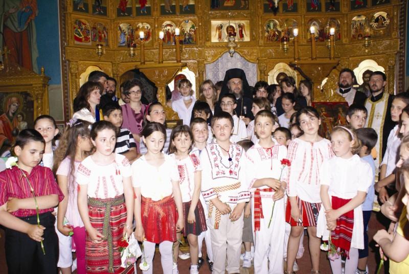20 mai 2009: Înaltpreasfinţitul Părinte Arhiepiscop Casian în mijlocul tinerilor creştini din oraşul Făurei