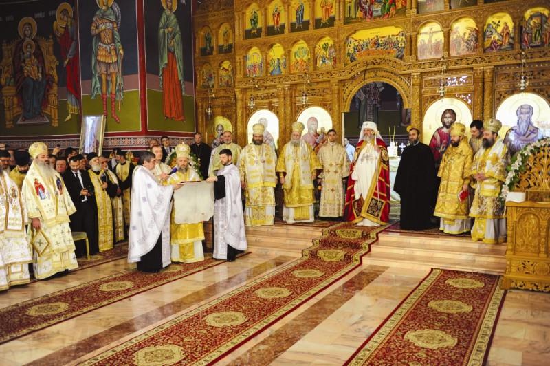 Înaltpreasfinţitul Părinte Arhiepiscop Casian dând citire Gramatei mitropolitane de întronizare a noului arhipăstor al Eparhiei Buzăului şi Vrancei