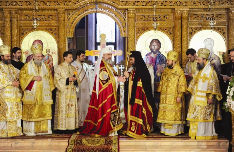Preafericitul Părinte Patriarh Daniel înmânând cârja arhierească noului arhiepiscop al Buzăului şi Vrancei