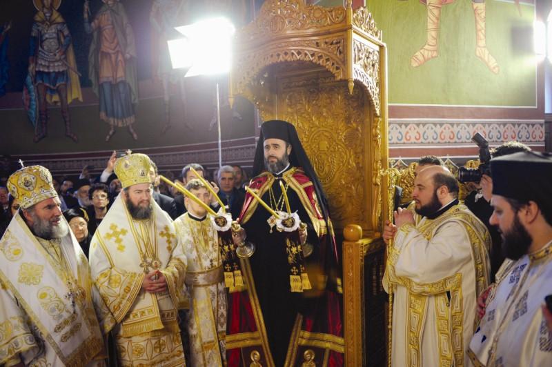 Înaltpreasfinţitul Părinte Ciprian, Arhiepiscopul Buzăului şi Vrancei, binecuvântând clerul şi credincioşii