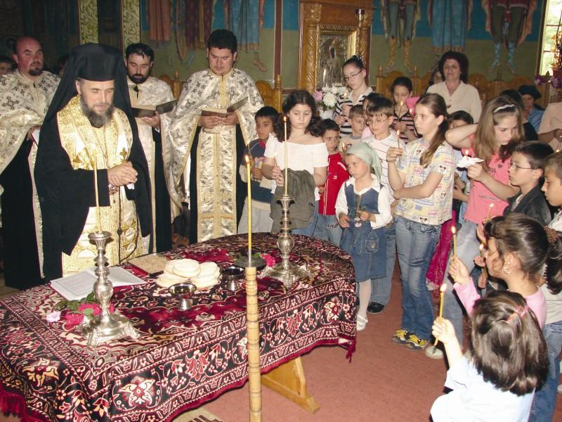 20 mai 2007: Chiriarhul Dunării de Jos participând la Slujba Litiei, la hramul oraşului Făurei