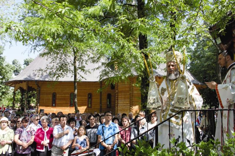 """Binecuvântare arhierească la hramul bisericii ,,Sf. Ier. Atanasie"""" din Galaţi"""
