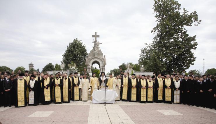 """Cinstirea eroilor la monumentul din Cimitirul ,,Eternitatea""""- Galaţi"""