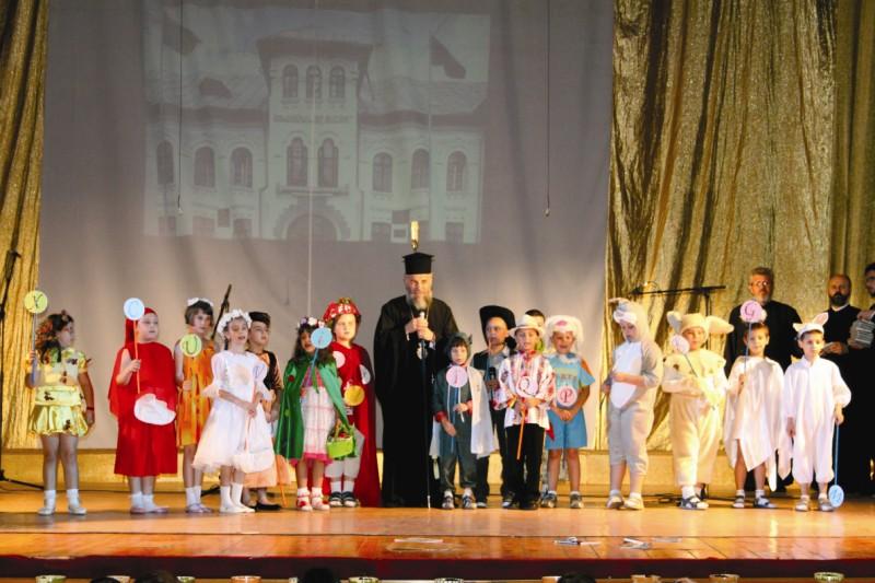 Înaltpreasfinţitul Părinte Casian în mijlocul tinerilor absolvenţi ai clasei I