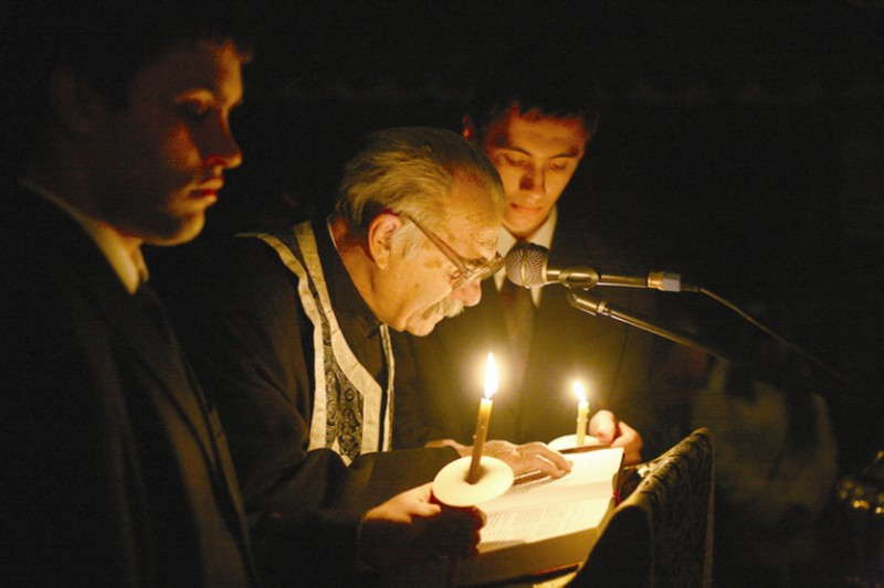 Părintele Tudorel citind la Canonul Sfântului Andrei Criteanul