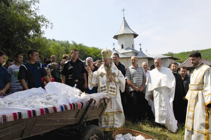 16 august 2013: Înaltpreasfinţitul Părinte Arhiepiscop Casian binecuvântând agapa de hram de la Mănăstirea Cârlomăneşti