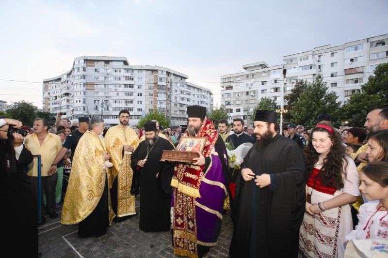 25 august 2013: Racla cu o părticică din lemnul Sfintei Cruci şi din moaştele Sfinţilor Părinţi Ioachim şi Ana, la Catedrala din Brăila
