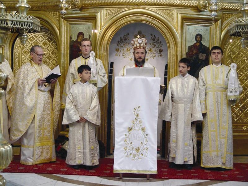Părintele Tudorel Popa alături de Înaltpreasfinţitul Părinte Arhiepiscop Casian al Dunării de Jos, la Slujba celei de A doua Învieri, la Catedrala Arhiepiscopală (11 aprilie 2004)
