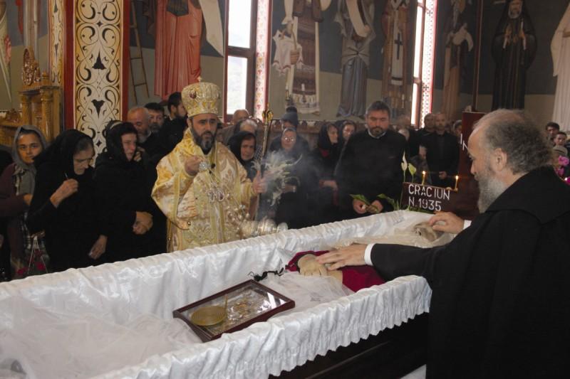 În biserică, la slujba Sfintei Liturghii