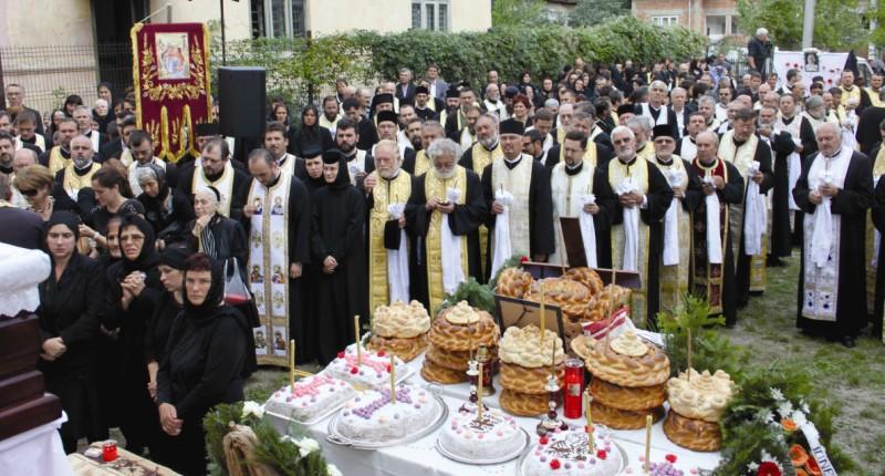 Slujitori şi credincioşi prezenţi la slujba de înmormântare