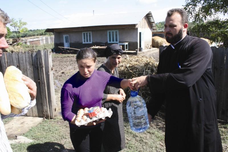 13 septembrie 2013: Distribuirea de alimente de primă necesitate celor sinistraţi