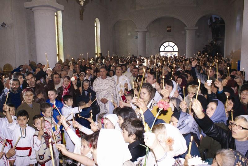 Moment din slujba de sfinţire a bisericii