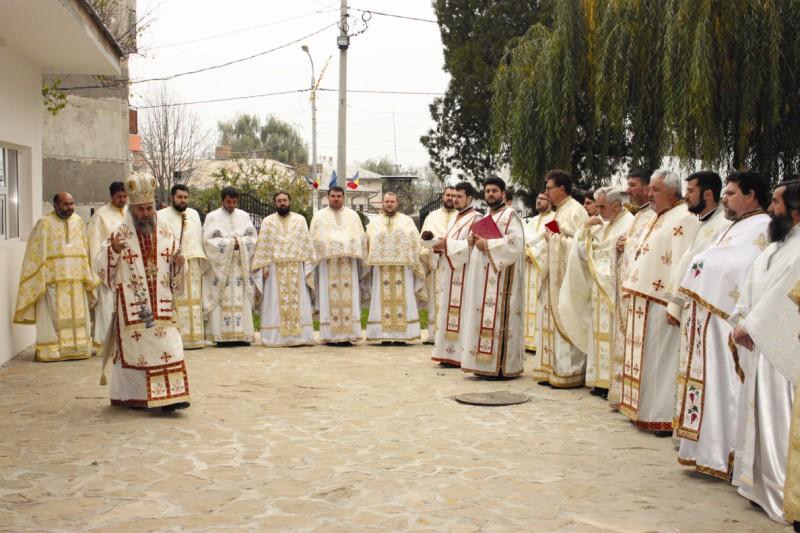 13 noiembrie 2013: Înaltpreasfinţitul Părinte Casian, Arhiepiscopul Dunării de Jos, la slujba de sfinţire a noului Centru socio-cultural al Parohiei Însurăţei I