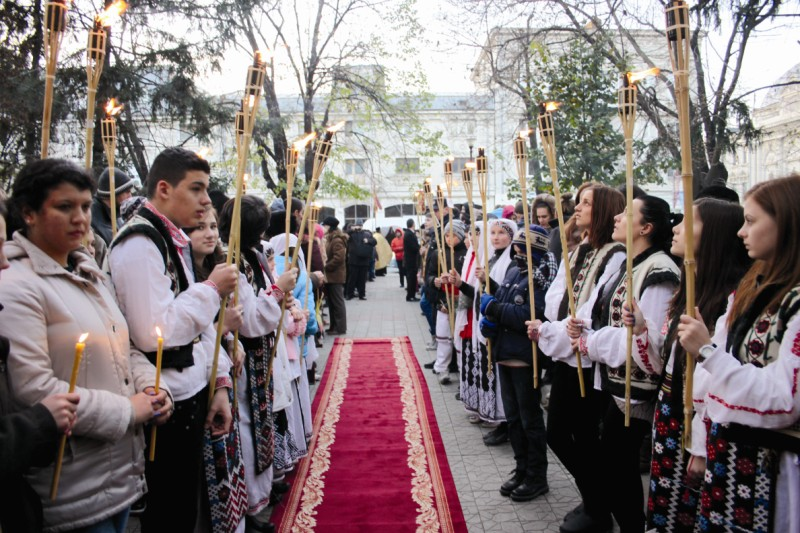 Tinerii brăileni participând la procesiunea cu moaştele Sfântului Nicolae