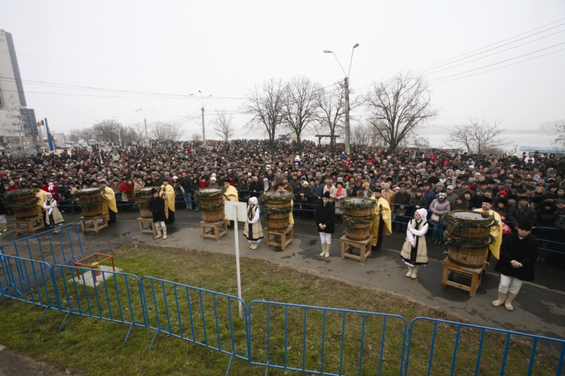 Cler şi popor la Sărbătoarea Botezului Domnului, la Galaţ