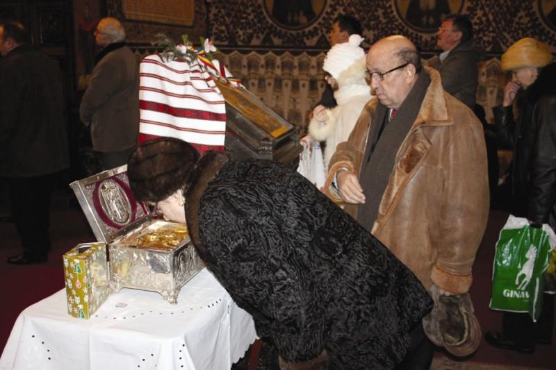 Închinare la moaştele Sfântului Vasile cel Mare aduse la Catedrala arhiepiscopală din Galaţi