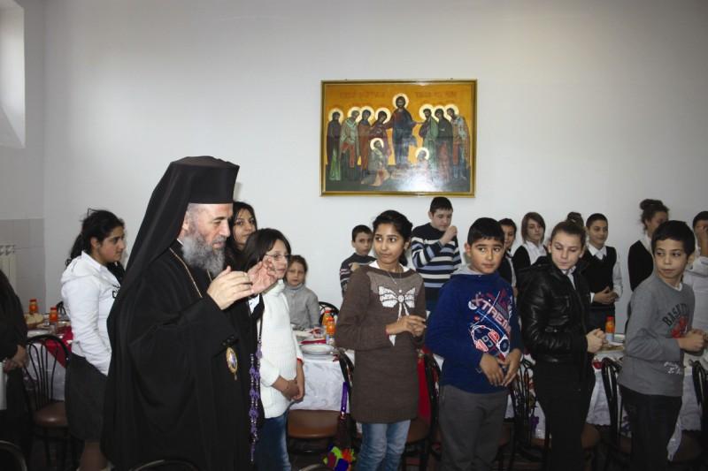 """Înaltpreasfinţitul Părinte Arhiepiscop Casian binecuvântând copiii şi tinerii de la Aşezământul ,,Sf. Vasile cel Mare"""" - Galaţi"""