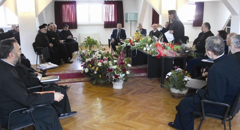 ÎPS Părinte Arhiepiscop Casian alături de membrii Consiliului Eparhial